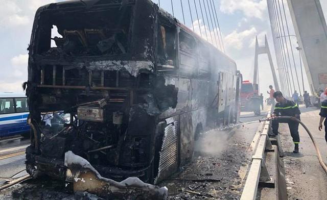 Ảnh: Hiện trường xe khách giường nằm cháy trơ khung trên cầu Bính, Hải Phòng - Ảnh 3.