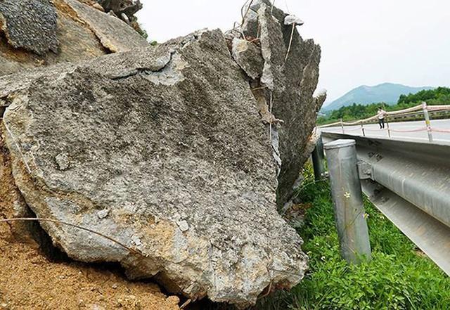 Cận cảnh sạt lở nghiêm trọng trên cao tốc Nội Bài - Lào Cai   - Ảnh 4.