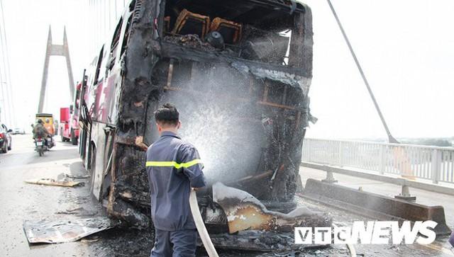 Ảnh: Hiện trường xe khách giường nằm cháy trơ khung trên cầu Bính, Hải Phòng - Ảnh 4.