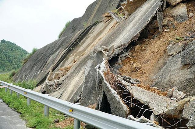 Cận cảnh sạt lở nghiêm trọng trên cao tốc Nội Bài - Lào Cai   - Ảnh 5.
