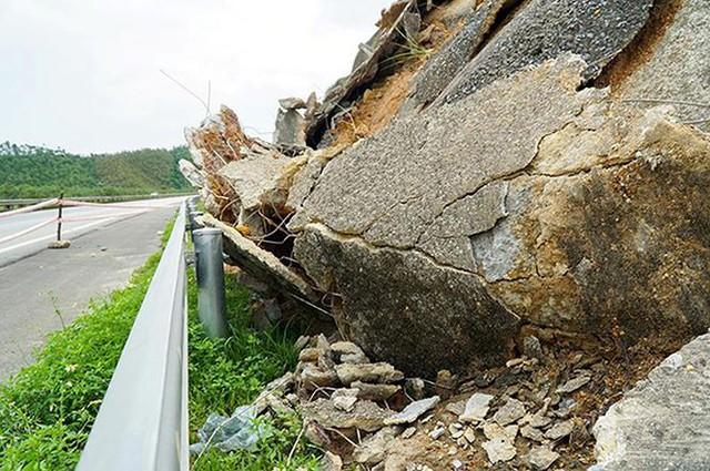 Cận cảnh sạt lở nghiêm trọng trên cao tốc Nội Bài - Lào Cai   - Ảnh 6.