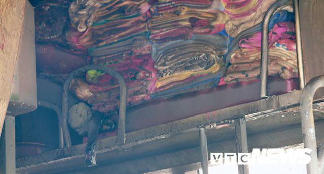 Ảnh: Hiện trường xe khách giường nằm cháy trơ khung trên cầu Bính, Hải Phòng - Ảnh 7.