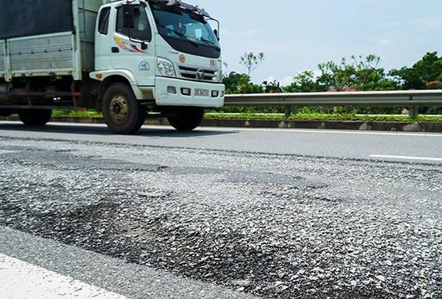 Cận cảnh sạt lở nghiêm trọng trên cao tốc Nội Bài - Lào Cai   - Ảnh 9.