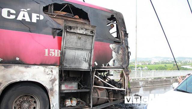 Ảnh: Hiện trường xe khách giường nằm cháy trơ khung trên cầu Bính, Hải Phòng - Ảnh 9.