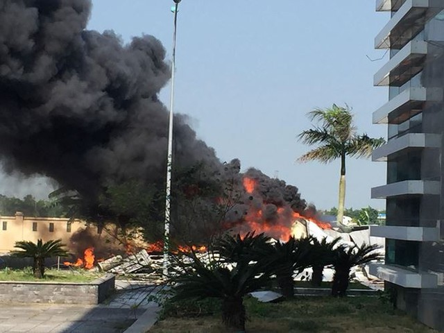 Cháy lớn tại nhà thi đấu đa năng Thái Bình, khói đen bốc cao cuồn cuộn  - Ảnh 1.