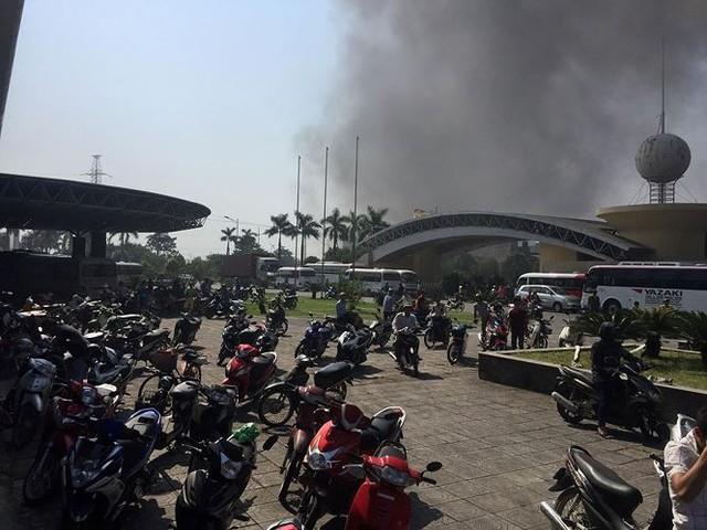 Cháy lớn tại nhà thi đấu đa năng Thái Bình, khói đen bốc cao cuồn cuộn  - Ảnh 2.