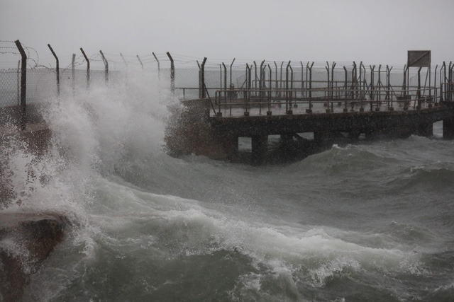 Nóng: Bão Mangkhut đã đổ bộ Hong Kong với từng cột sóng cao đến 14m - Ảnh 2.