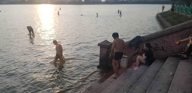Người dân đổ ra Hồ Tây tắm, mặc cá chết bốc mùi tanh nồng  - Ảnh 2.
