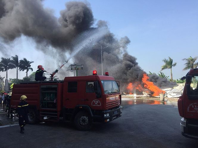 Cháy lớn tại nhà thi đấu đa năng Thái Bình, khói đen bốc cao cuồn cuộn  - Ảnh 3.
