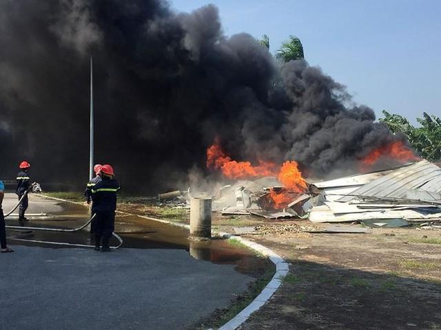 Cháy lớn tại nhà thi đấu đa năng Thái Bình, khói đen bốc cao cuồn cuộn  - Ảnh 4.