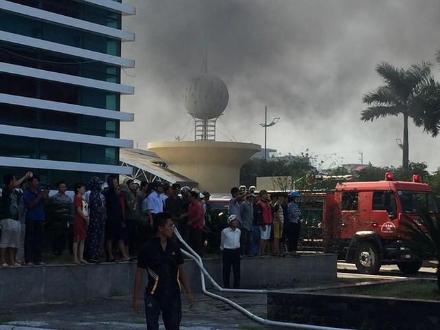 Cháy lớn tại nhà thi đấu đa năng Thái Bình, khói đen bốc cao cuồn cuộn  - Ảnh 5.