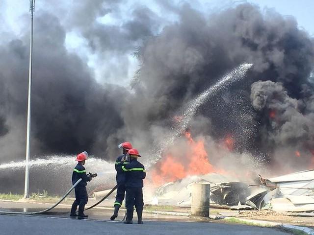 Cháy lớn tại nhà thi đấu đa năng Thái Bình, khói đen bốc cao cuồn cuộn  - Ảnh 6.
