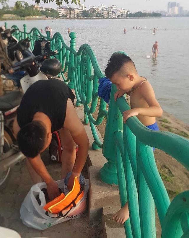 Người dân đổ ra Hồ Tây tắm, mặc cá chết bốc mùi tanh nồng  - Ảnh 6.