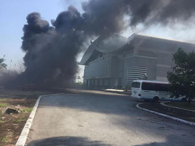 Cháy lớn tại nhà thi đấu đa năng Thái Bình, khói đen bốc cao cuồn cuộn  - Ảnh 7.