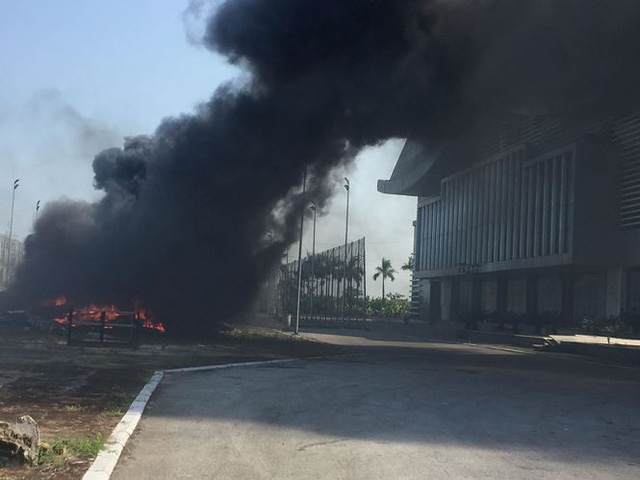 Cháy lớn tại nhà thi đấu đa năng Thái Bình, khói đen bốc cao cuồn cuộn  - Ảnh 8.