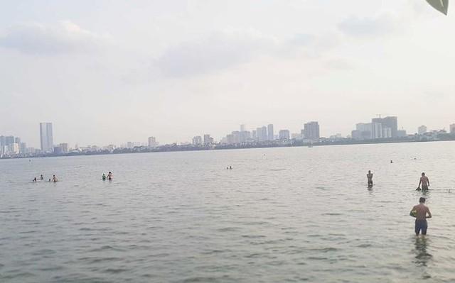 Người dân đổ ra Hồ Tây tắm, mặc cá chết bốc mùi tanh nồng  - Ảnh 10.