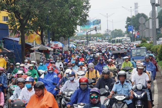 Cửa ngõ Sài Gòn tê liệt sau cơn mưa sáng đầu tuần - Ảnh 1.