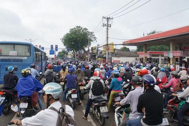 Cửa ngõ Sài Gòn tê liệt sau cơn mưa sáng đầu tuần - Ảnh 2.