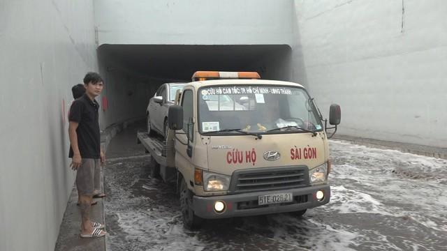 Hầm chui 200 tỷ ở Sài Gòn ngập nước, ô tô chết máy la liệt - Ảnh 1.