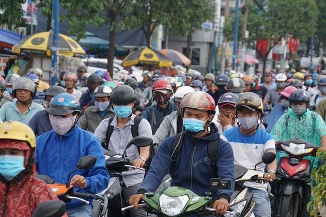 Cửa ngõ Sài Gòn tê liệt sau cơn mưa sáng đầu tuần - Ảnh 3.