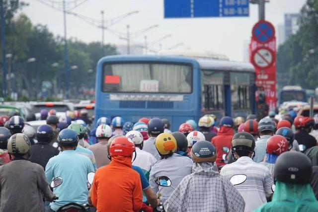 Cửa ngõ Sài Gòn tê liệt sau cơn mưa sáng đầu tuần - Ảnh 4.