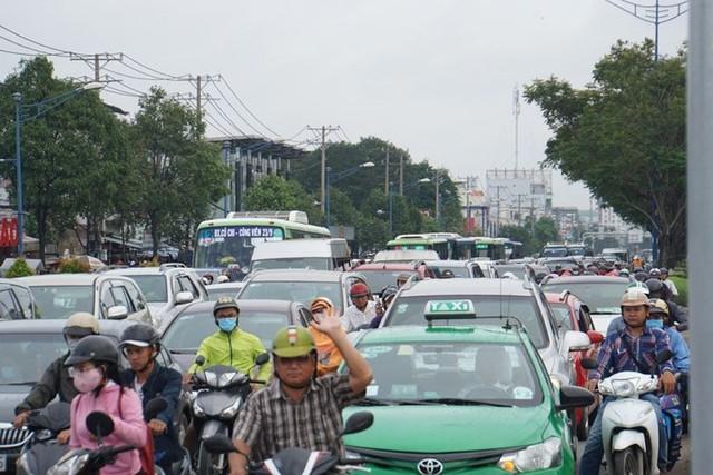 Cửa ngõ Sài Gòn tê liệt sau cơn mưa sáng đầu tuần - Ảnh 5.