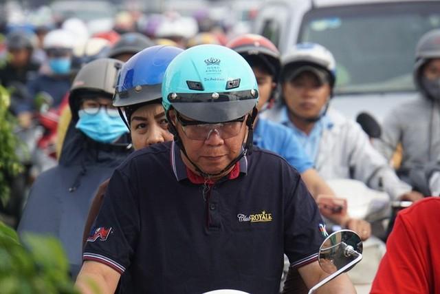 Cửa ngõ Sài Gòn tê liệt sau cơn mưa sáng đầu tuần - Ảnh 6.