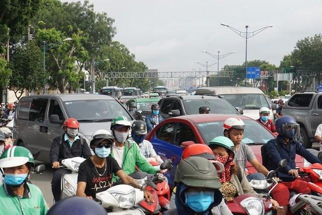 Cửa ngõ Sài Gòn tê liệt sau cơn mưa sáng đầu tuần - Ảnh 7.