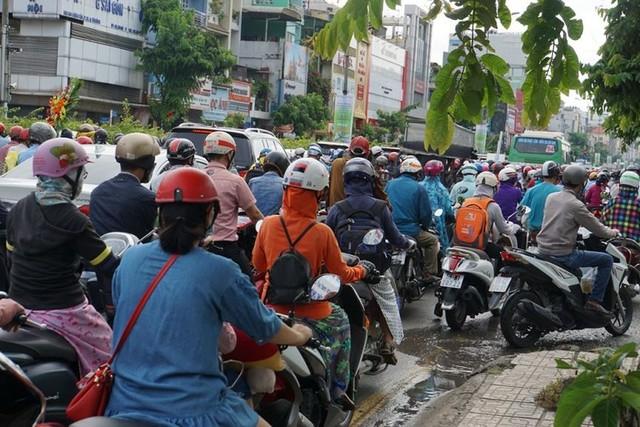 Cửa ngõ Sài Gòn tê liệt sau cơn mưa sáng đầu tuần - Ảnh 8.