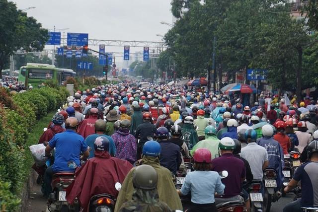 Cửa ngõ Sài Gòn tê liệt sau cơn mưa sáng đầu tuần - Ảnh 10.