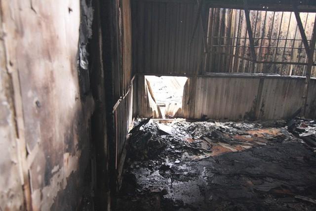 Cảnh tan hoang bên trong dãy trọ bị lửa thiêu rụi ở Hà Nội - Ảnh 2.