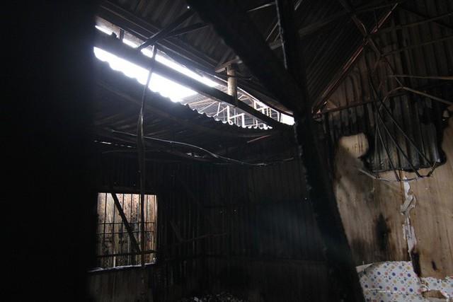 Cảnh tan hoang bên trong dãy trọ bị lửa thiêu rụi ở Hà Nội - Ảnh 3.