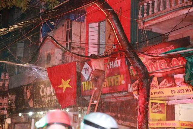 Hiện trường 10 căn nhà bị lửa thiêu rụi trên phố Hà Nội - Ảnh 11.