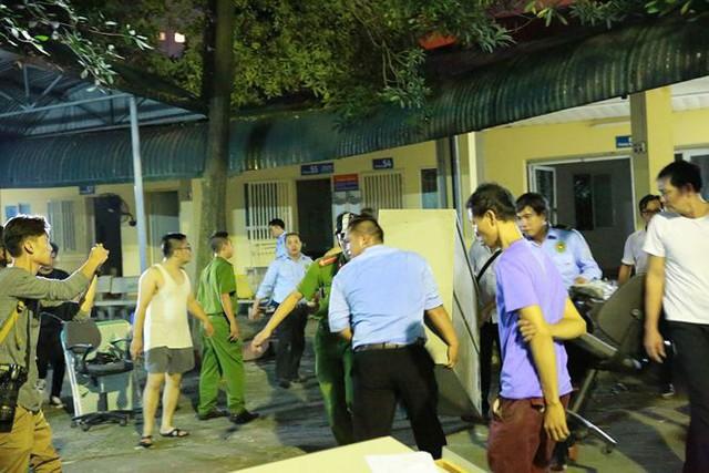 Hiện trường 10 căn nhà bị lửa thiêu rụi trên phố Hà Nội - Ảnh 12.