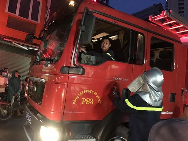 Hiện trường 10 căn nhà bị lửa thiêu rụi trên phố Hà Nội - Ảnh 15.
