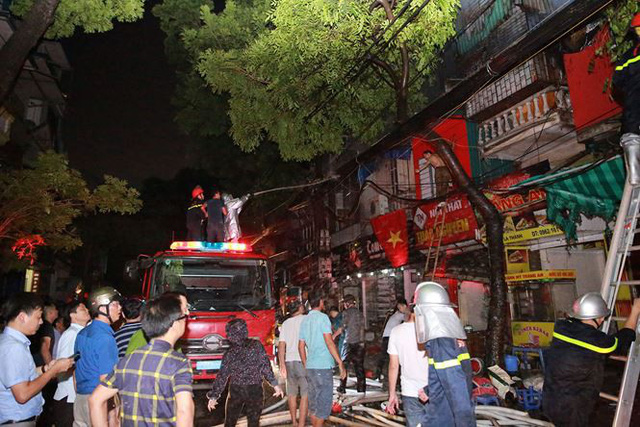 Hiện trường 10 căn nhà bị lửa thiêu rụi trên phố Hà Nội - Ảnh 16.
