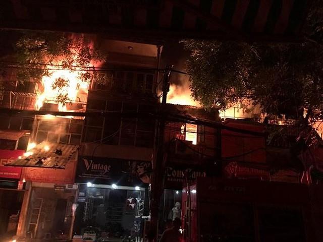 Hiện trường 10 căn nhà bị lửa thiêu rụi trên phố Hà Nội - Ảnh 3.