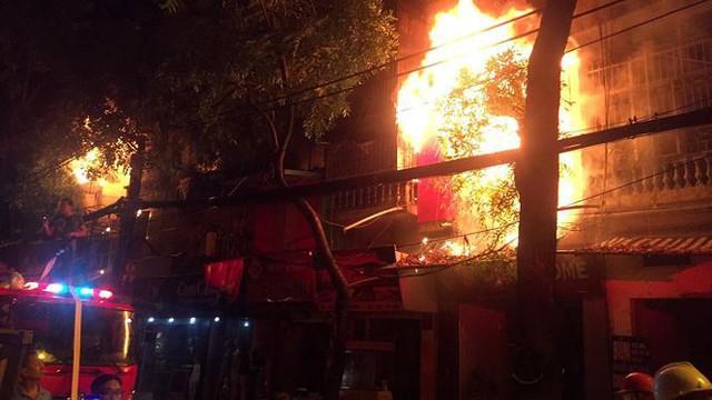 Hiện trường 10 căn nhà bị lửa thiêu rụi trên phố Hà Nội - Ảnh 4.