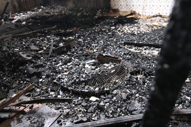 Cảnh tan hoang bên trong dãy trọ bị lửa thiêu rụi ở Hà Nội - Ảnh 5.