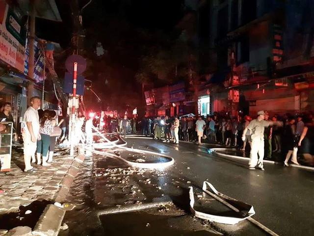 Hiện trường 10 căn nhà bị lửa thiêu rụi trên phố Hà Nội - Ảnh 5.