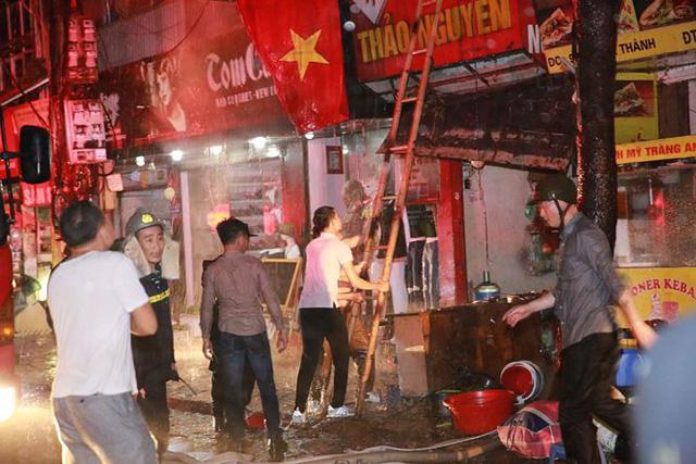 Hiện trường 10 căn nhà bị lửa thiêu rụi trên phố Hà Nội - Ảnh 7.