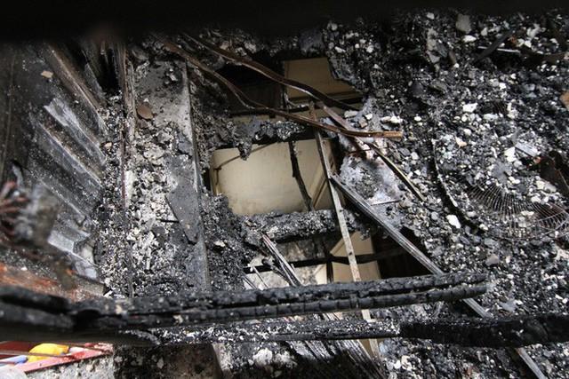 Cảnh tan hoang bên trong dãy trọ bị lửa thiêu rụi ở Hà Nội - Ảnh 8.