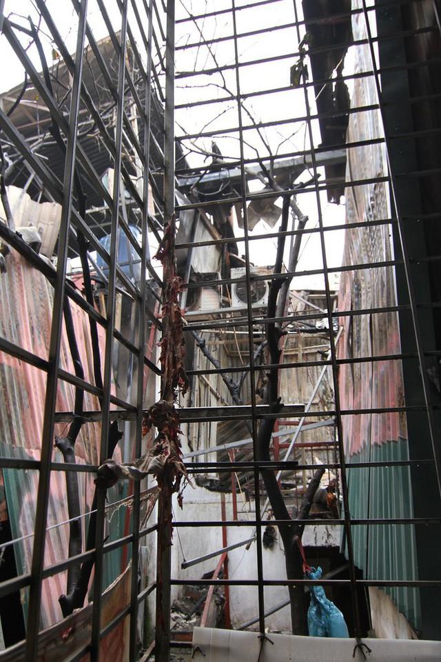 Cảnh tan hoang bên trong dãy trọ bị lửa thiêu rụi ở Hà Nội - Ảnh 9.