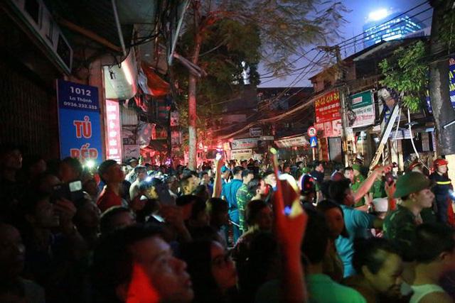 Hiện trường 10 căn nhà bị lửa thiêu rụi trên phố Hà Nội - Ảnh 9.