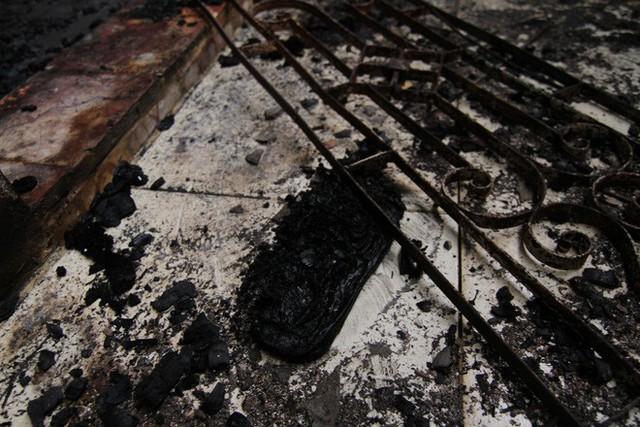 Cảnh tan hoang bên trong dãy trọ bị lửa thiêu rụi ở Hà Nội - Ảnh 11.