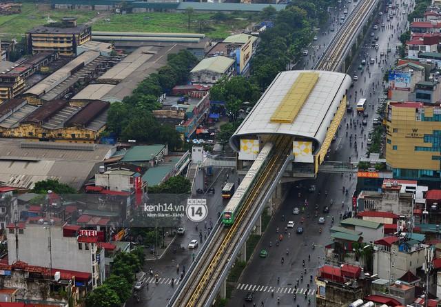 Ảnh: 4 đoàn tàu đường sắt trên cao bất ngờ di chuyển trong mưa trước ngày chạy thử - Ảnh 2.
