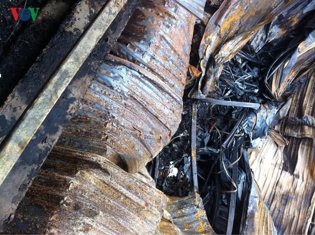 Cảnh tan hoang sau 2 ngày xảy ra vụ cháy trên phố Đê La Thành - Ảnh 2.