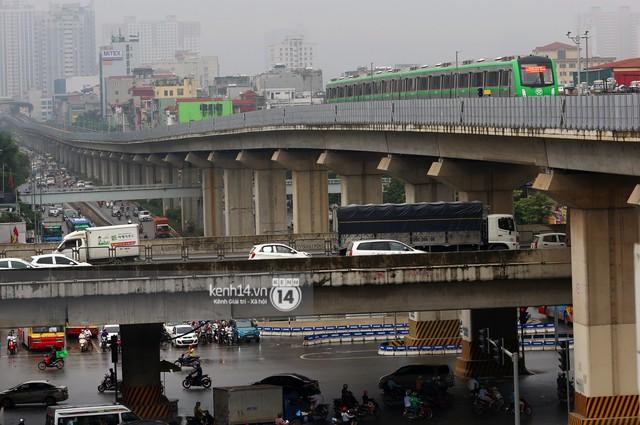 Ảnh: 4 đoàn tàu đường sắt trên cao bất ngờ di chuyển trong mưa trước ngày chạy thử - Ảnh 13.