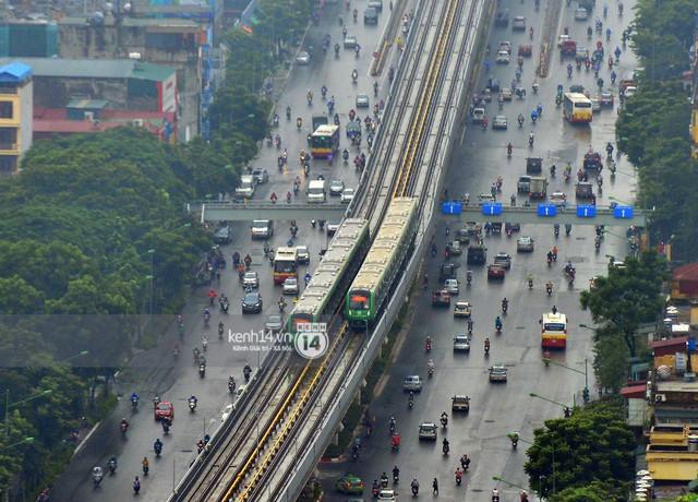 Ảnh: 4 đoàn tàu đường sắt trên cao bất ngờ di chuyển trong mưa trước ngày chạy thử - Ảnh 5.