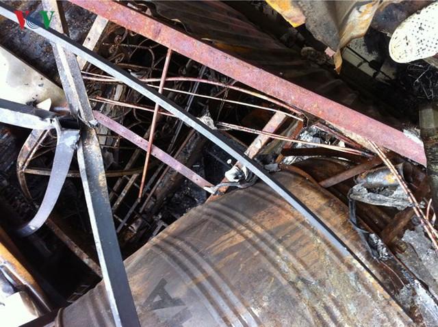 Cảnh tan hoang sau 2 ngày xảy ra vụ cháy trên phố Đê La Thành - Ảnh 5.